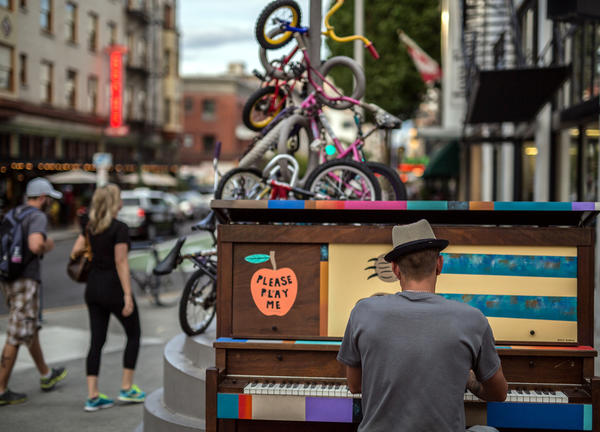 photo of piano player in Portland